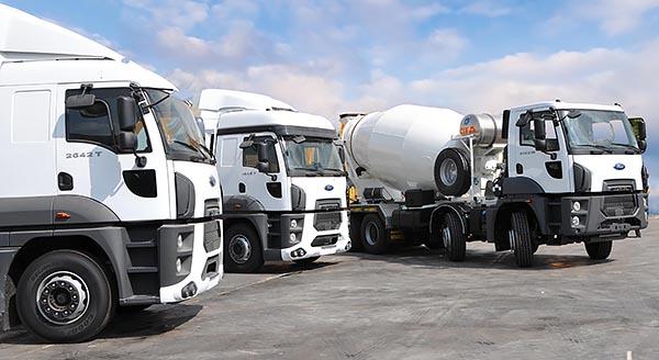 תמונת משאיות פורד במרכז הלוגיסטי
