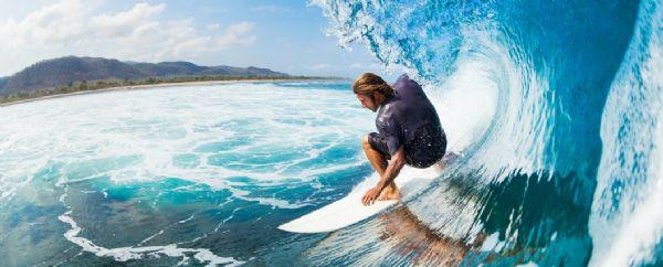 איש גולש על גלים