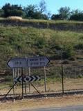 ביציאה מזרחה ממבשרת ציון שלט הכוונה לכוחות מגב המסיירים על הגדר