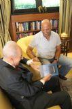 """הנשיא פרס מקבל את הספר """"גבול בינינו וביניכם"""" בבית הנשיא,מאי 2013"""