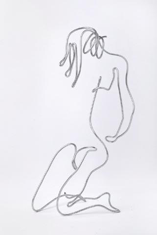 נערה כורעת - אריק אפק - פסל