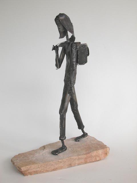 נערה עם כפייה- צבי זגגי - פסל