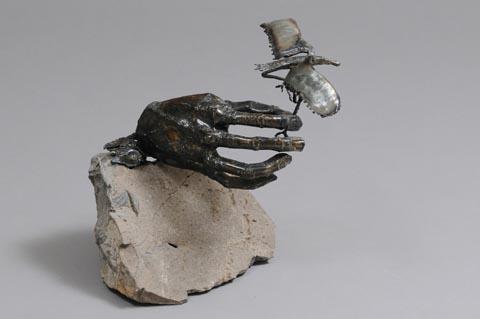 יד משחררת ציפור - צבי זגגי - פסל