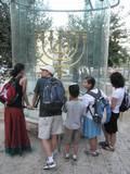 דגם המנורה בקצה מעלות רבי יהודה הלוי לשם הובא מהקרדו